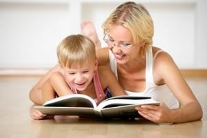 Mãe-lendo-com-o-filho